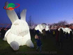 Conejo inflable con luces led.